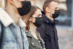 Emberek maszkban